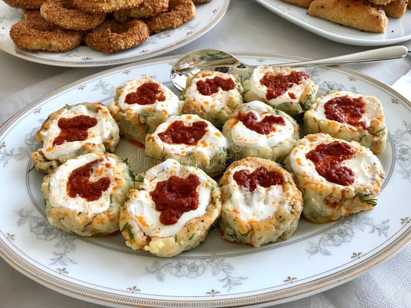Bolinhas de massa turcas Manti da batata com iogurte e molho/Patates Mantisi fotografia de stock