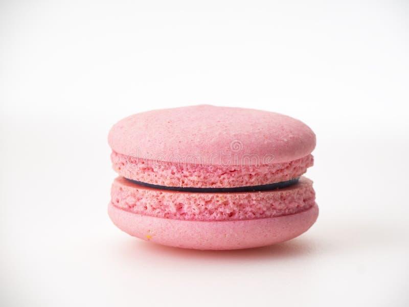 Bolinho de amêndoa cor-de-rosa no fundo branco foto de stock royalty free