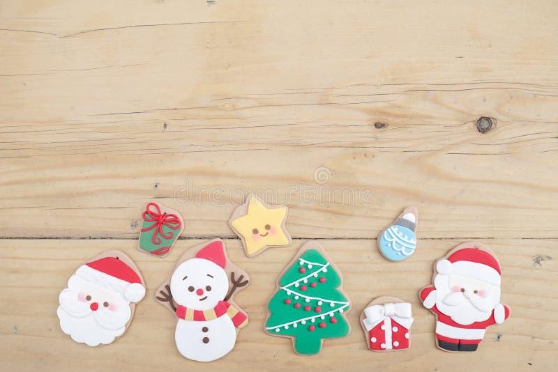 Bolinho do Natal Uma mão que guarda uma cookie festiva do pão-de-espécie de Santa Claus com fundo abstrato do borrão de um gigant imagens de stock