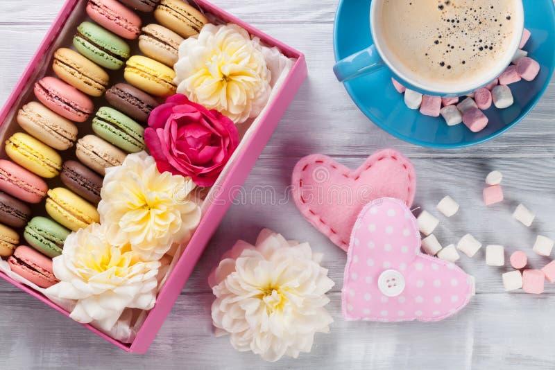 Bolinhos de amêndoa coloridos, café Macarons doces fotos de stock royalty free