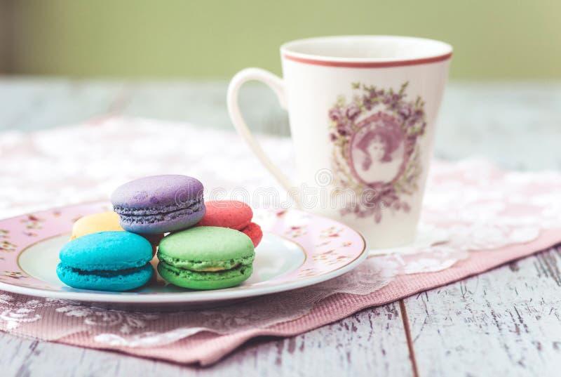 Bolinhos de amêndoa coloridos com cofee imagens de stock royalty free