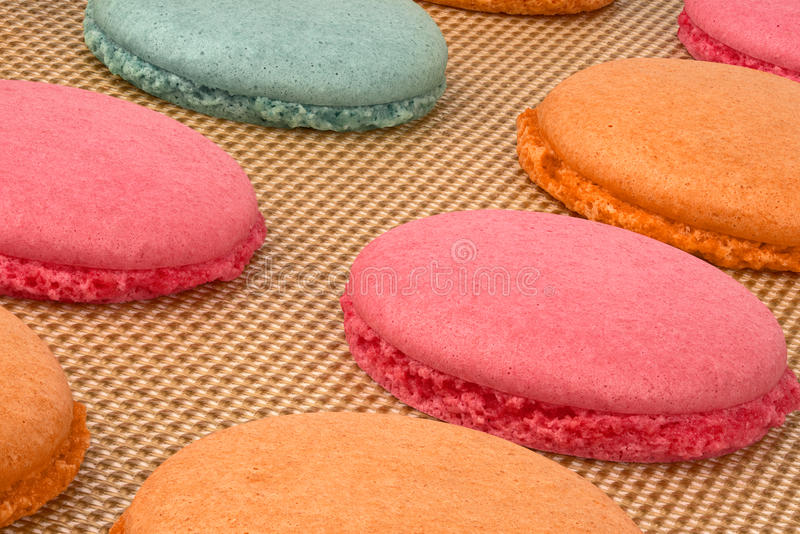 Bolinhos de amêndoa coloridos durante o cozimento fotografia de stock royalty free