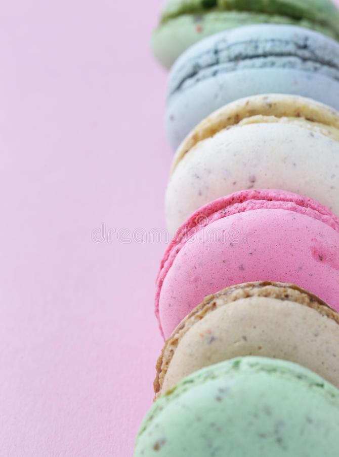 Bolinhos de amêndoa coloridos franceses das cookies de amêndoa fotos de stock royalty free
