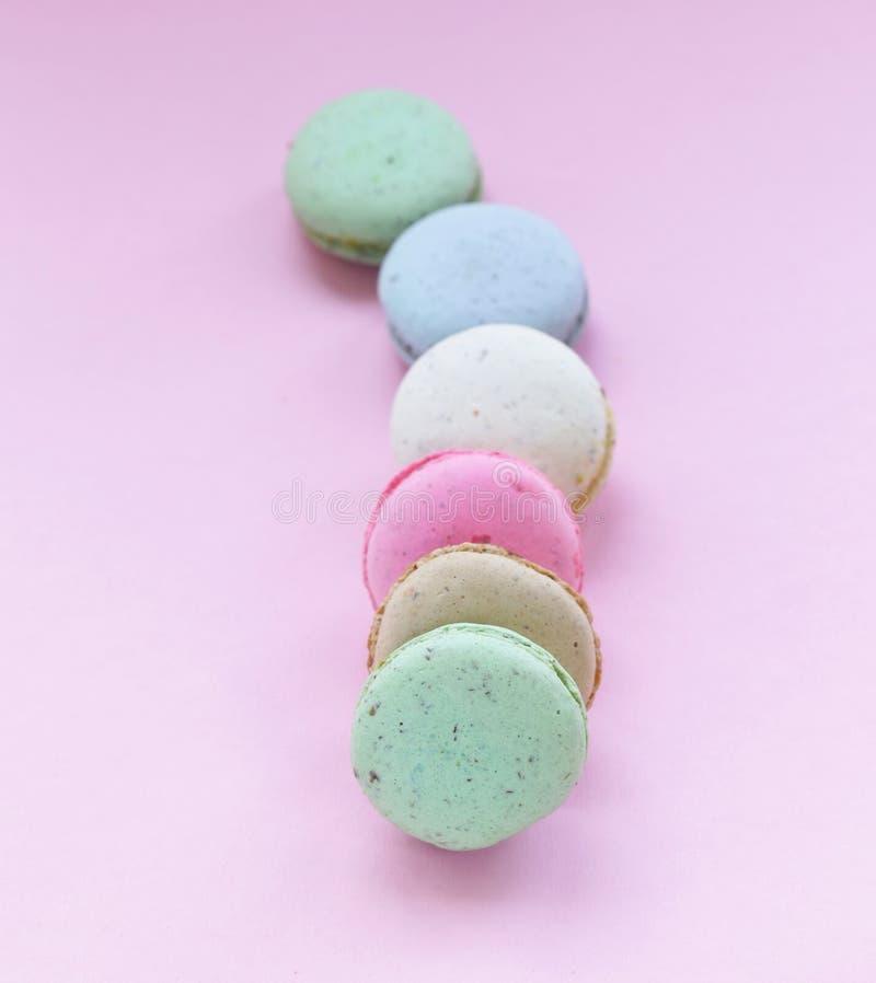 Bolinhos de amêndoa coloridos franceses das cookies de amêndoa fotos de stock