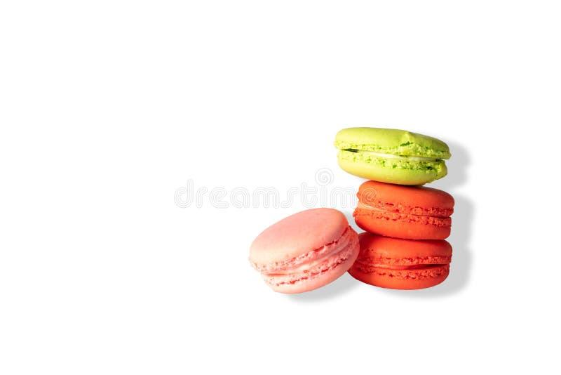 Bolinhos de amêndoa coloridos no fundo branco foto de stock