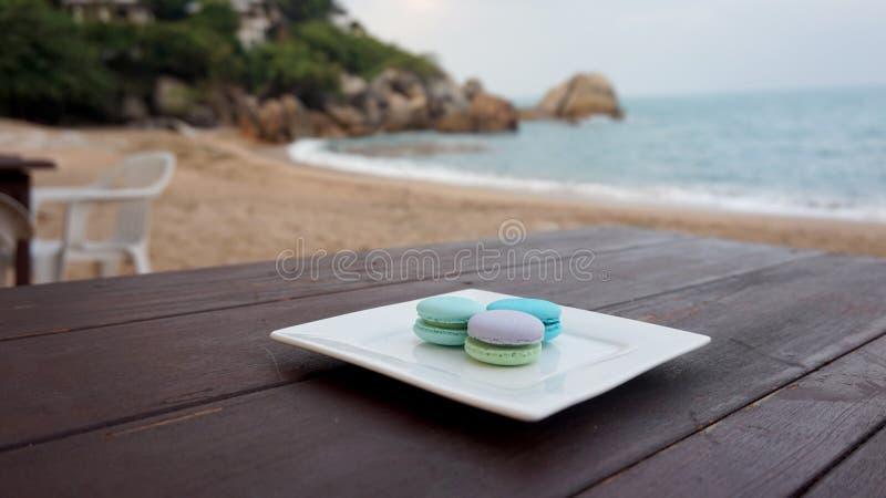Bolinhos de amêndoa coloridos no restaurante da praia imagem de stock royalty free