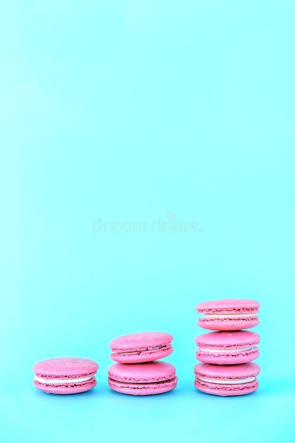 Bolinhos de amêndoa cor-de-rosa em um fundo azul Conceitos da classifica??o e do crescimento foto de stock