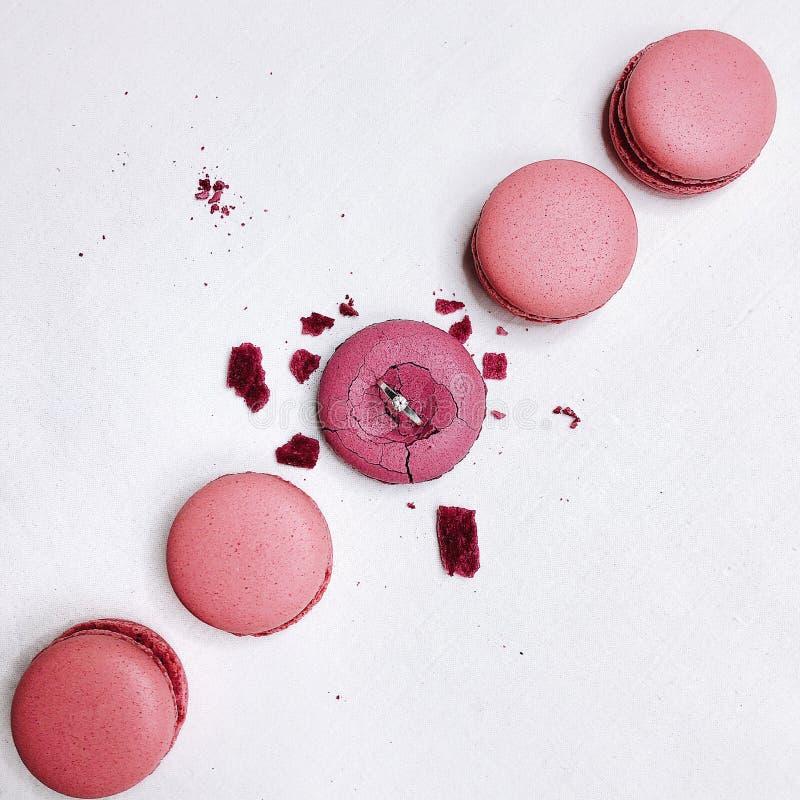 Bolinhos de amêndoa cor-de-rosa no fundo branco fotografia de stock royalty free