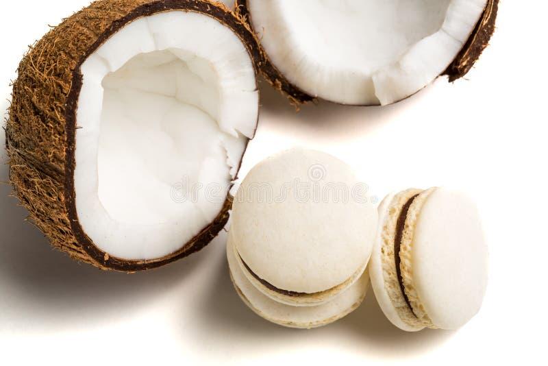 Bolinhos de amêndoa deliciosos com o coco no fundo branco fotos de stock royalty free