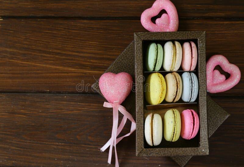 Bolinhos de amêndoa franceses coloridos das cookies de amêndoa fotos de stock