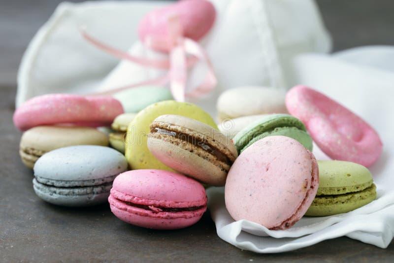 Bolinhos de amêndoa franceses coloridos das cookies de amêndoa imagens de stock royalty free