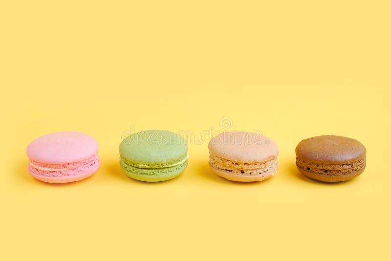 Bolinhos de amêndoa franceses coloridos na fileira imagem de stock