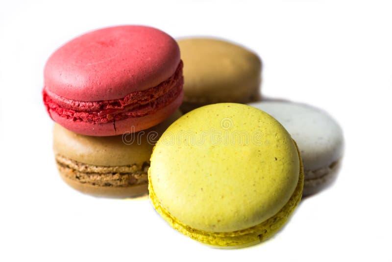 Bolinhos de amêndoa franceses coloridos no fim azul da tabela acima da vista imagens de stock