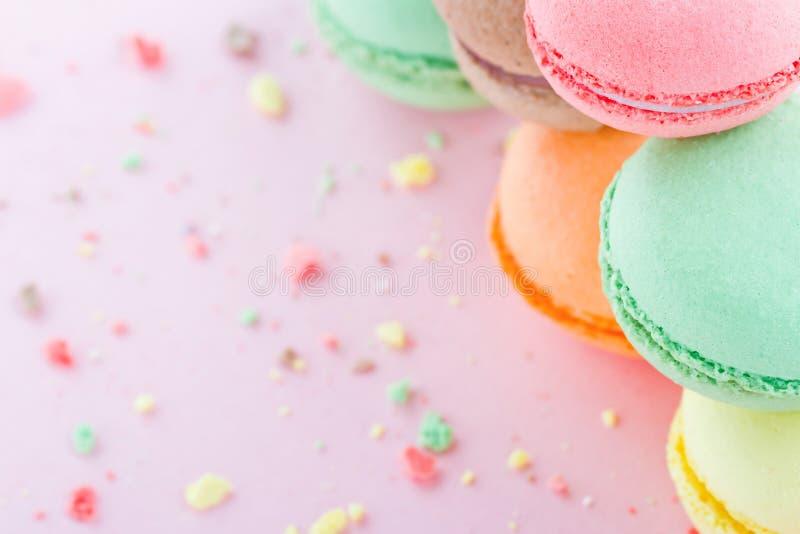 Bolinhos de amêndoa no fundo do rosa pastel imagem de stock royalty free
