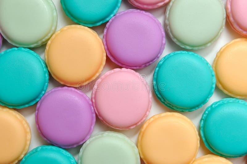 Bolinhos de amêndoa plásticos artificiais, coloridos e bonitos foto de stock