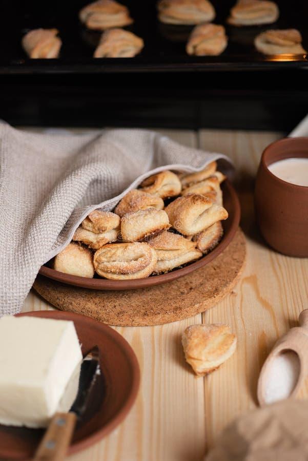 Bolinhos de a??car caseiros Ingredientes para cookies - açúcar, manteiga fotografia de stock royalty free