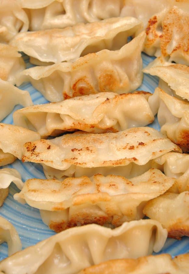 Bolinhos de massa chineses fritados foto de stock