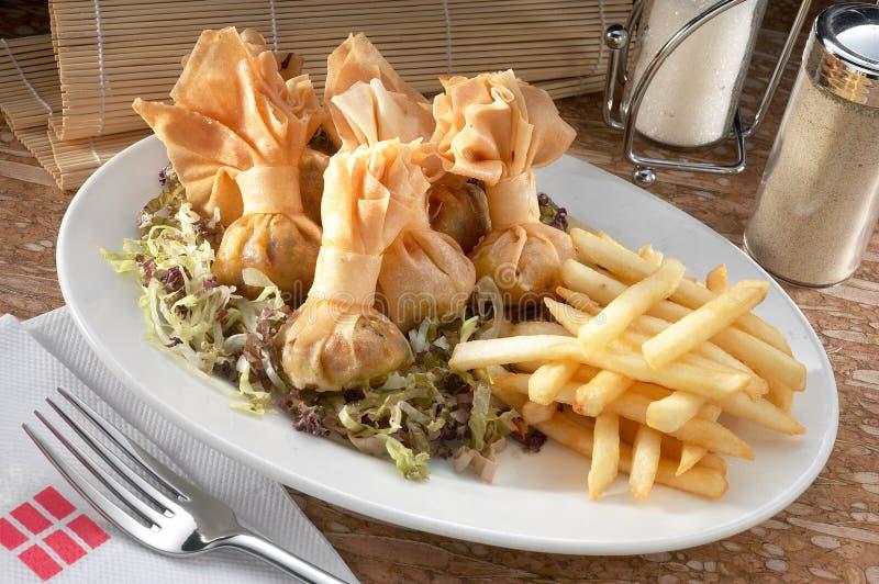 Bolinhos de massa e fritadas fritados do francês imagens de stock