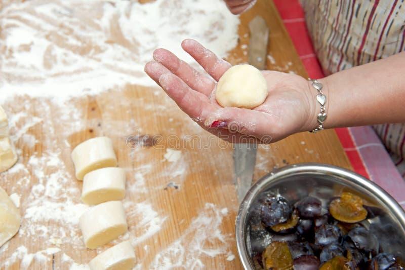 Bolinhos de massa enchidos com ameixa fotografia de stock