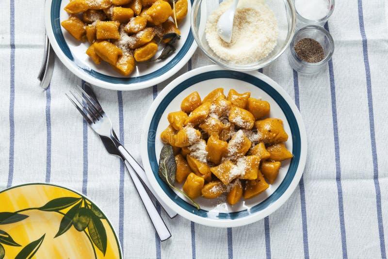 Bolinhos de massa italianos Gnocchi da abóbora di saudáveis da polpa do vegetariano fotos de stock royalty free