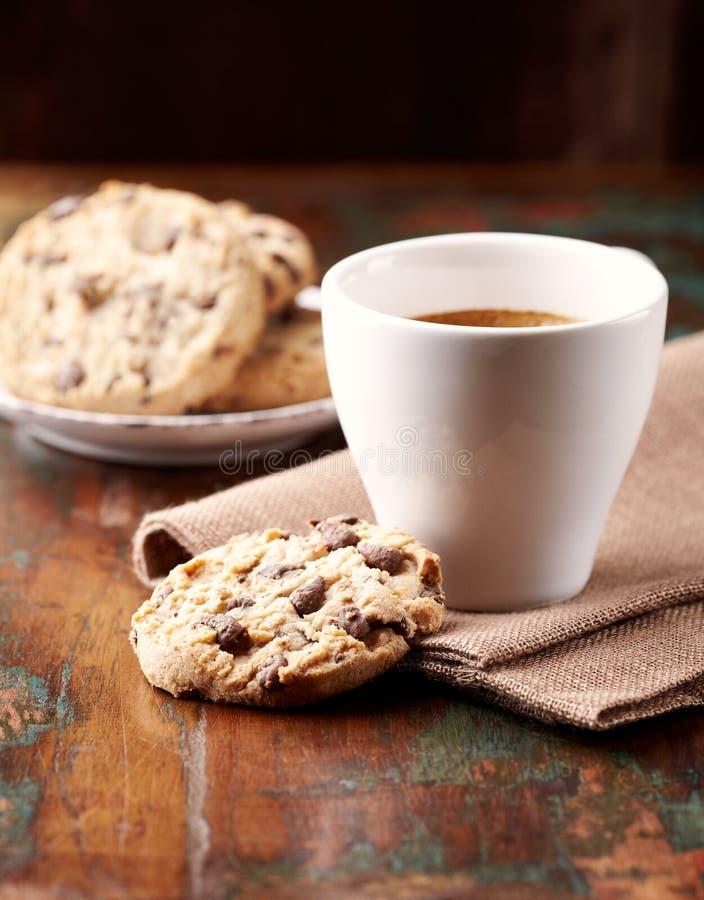 Bolinhos de microplaqueta da chávena de café e de chocolate foto de stock royalty free