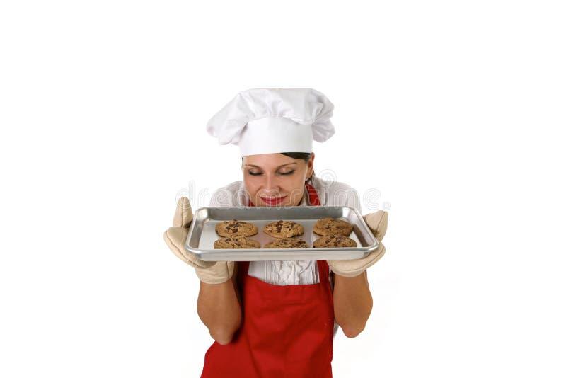 Bolinhos de microplaqueta de chocolate do cozimento da esposa imagem de stock royalty free