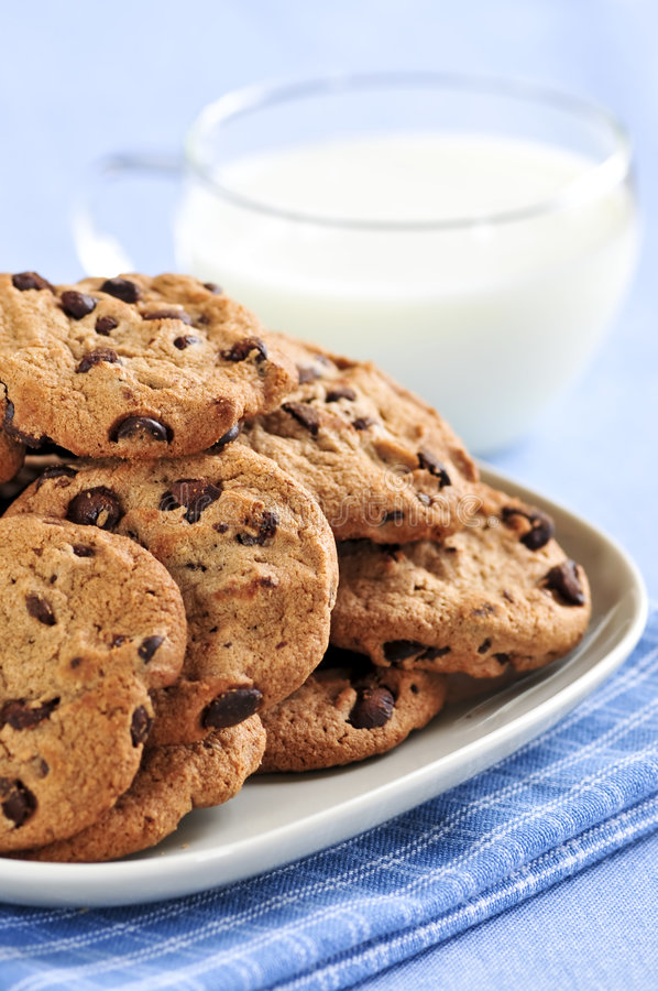 Bolinhos de microplaqueta do leite e de chocolate fotos de stock royalty free