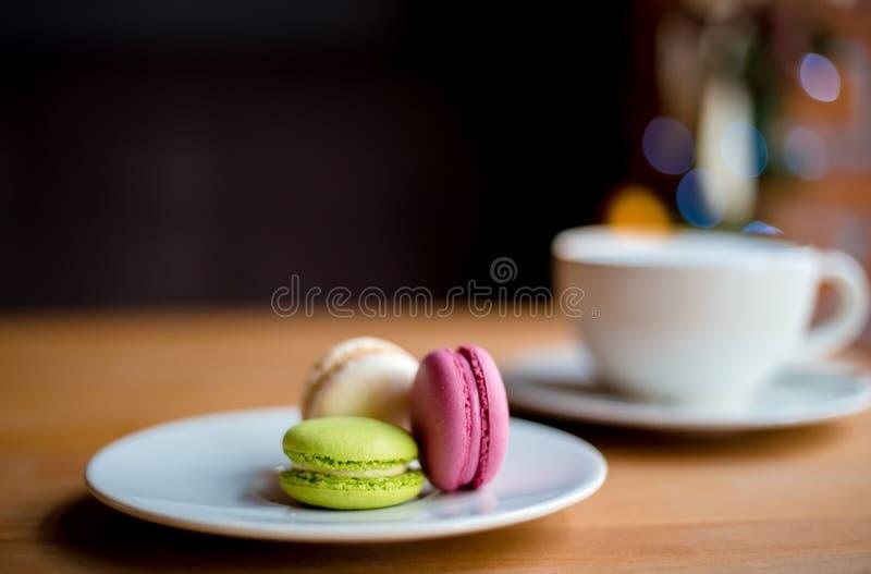 Bolinhos de am?ndoa franceses na tabela de madeira Pastelaria de tr?s merengue no caf? para a sobremesa imagem de stock royalty free