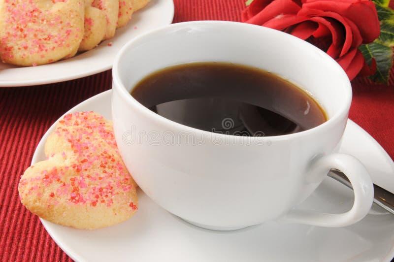 Bolinhos do café e dos Valentim fotografia de stock