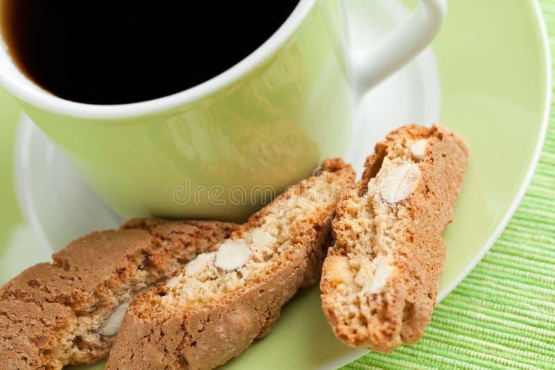 Bolinhos do cantuccini e copo de café italianos fotografia de stock