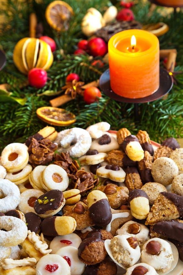 Bolinhos e biscoitos para o Natal imagens de stock royalty free
