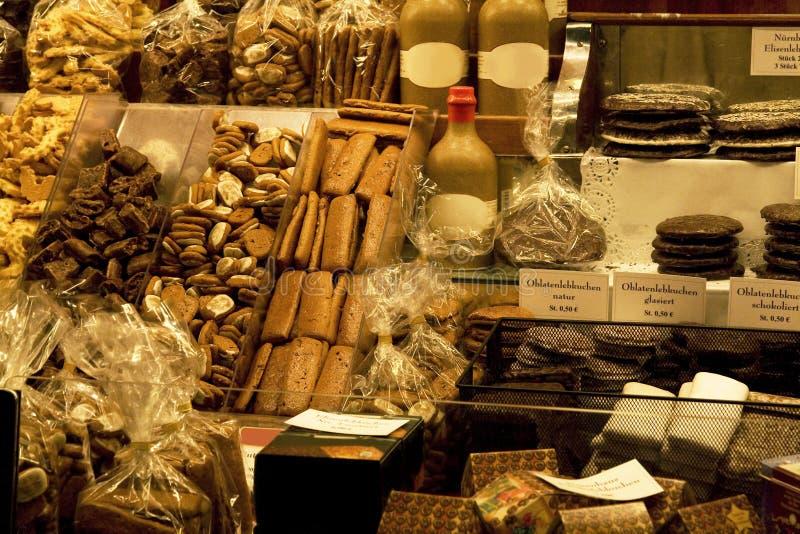 Bolinhos e doces na loja imagens de stock