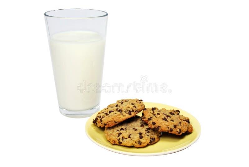 Bolinhos e leite de microplaqueta de chocolate caseiros fotografia de stock royalty free
