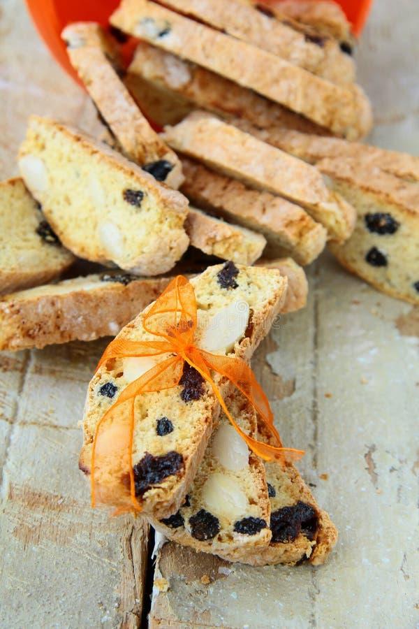 Bolinhos italianos do biscotti com uma fita fotografia de stock