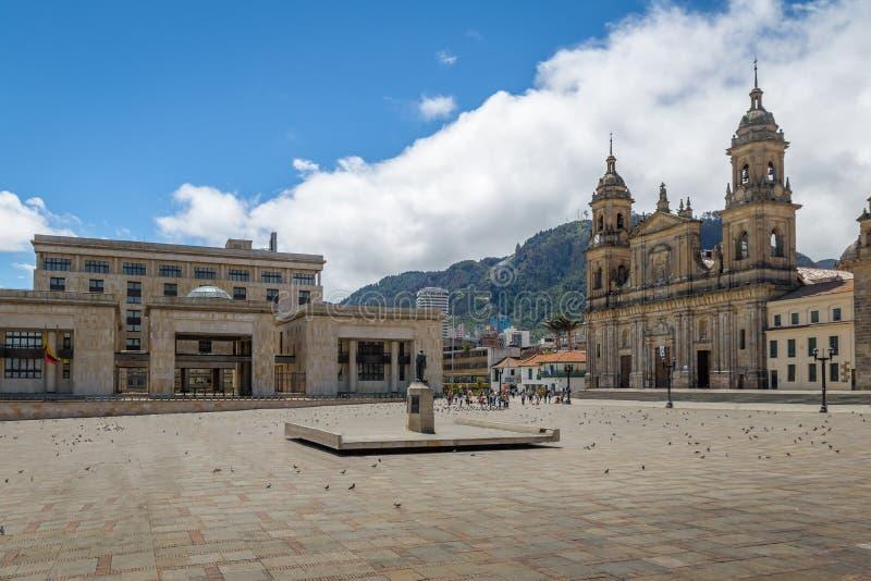 Bolivar fyrkant med domkyrkan och den colombianska slotten av rättvisa - Bogota, Colombia royaltyfria foton