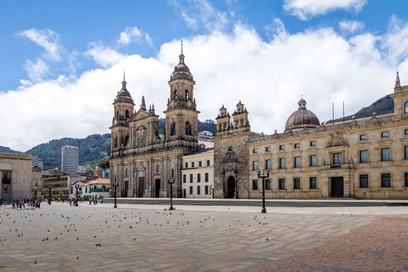 Bolivar fyrkant och domkyrka - Bogota, Colombia royaltyfri bild