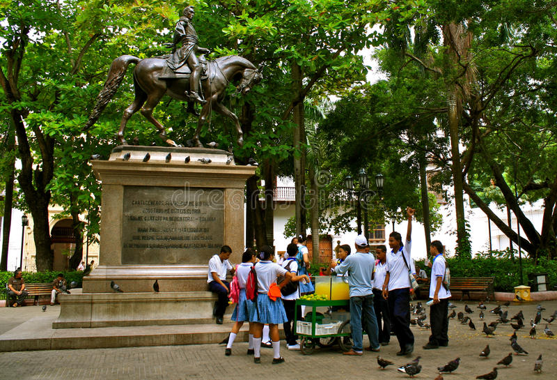 Bolivar-Statue mit kolumbianischen Kursteilnehmern stockbild