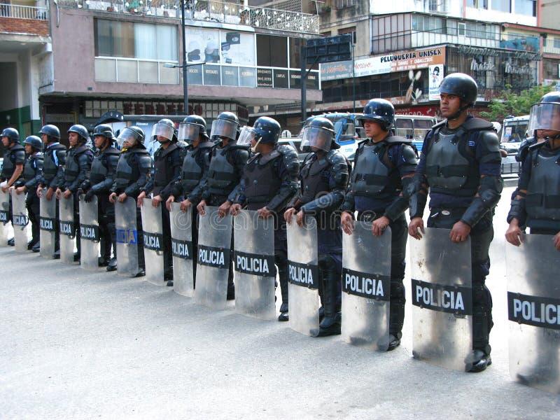Bolivarian国家警察武力在与抗议者的交锋时尼古拉斯・马杜罗政府的在加拉加斯 免版税库存图片