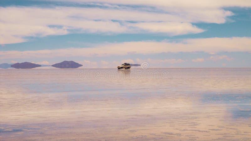 Boliviaans zout meer en voertuig, Salar de Uyuni stock foto