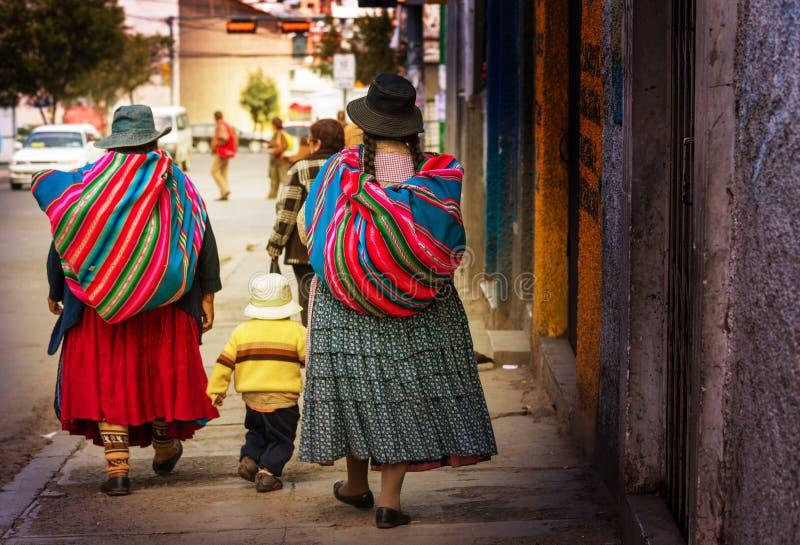 Boliviaanse mensen in stad royalty-vrije stock foto's