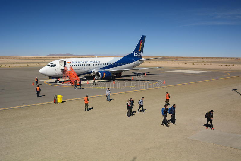 Boliviana de Aviacion飞机在Joya Andina机场 Uyuni 流星锤 免版税库存图片