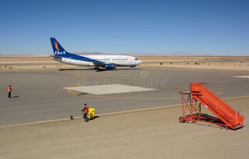 Boliviana de Aviacion飞机在Joya Andina机场 Uyuni 流星锤 免版税库存照片