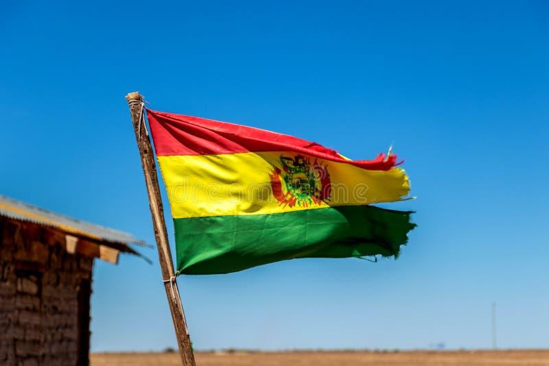Bolivianer fahnenschwenkend im Wind gegen Hintergrund des blauen Himmels lizenzfreies stockfoto