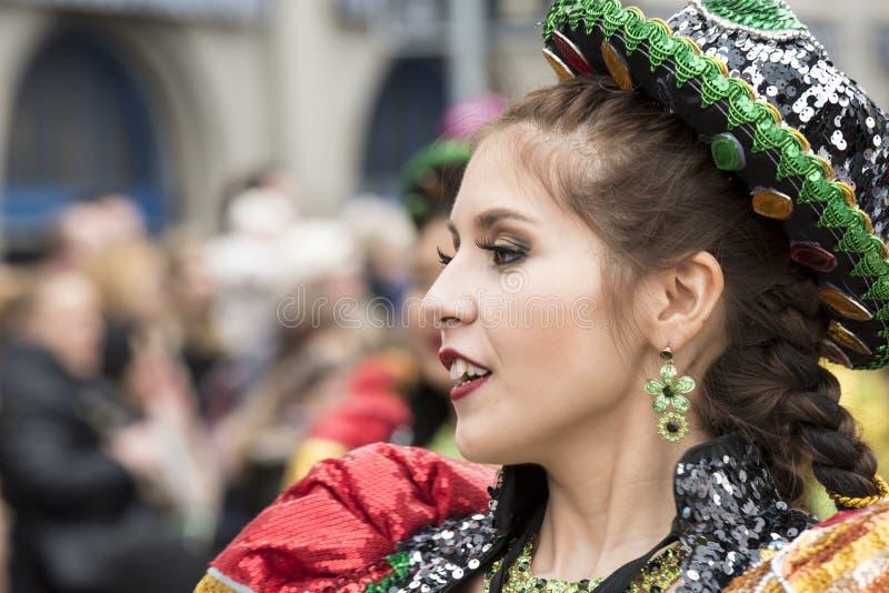 Bolivianischer Frauenkarneval Zürich lizenzfreie stockbilder