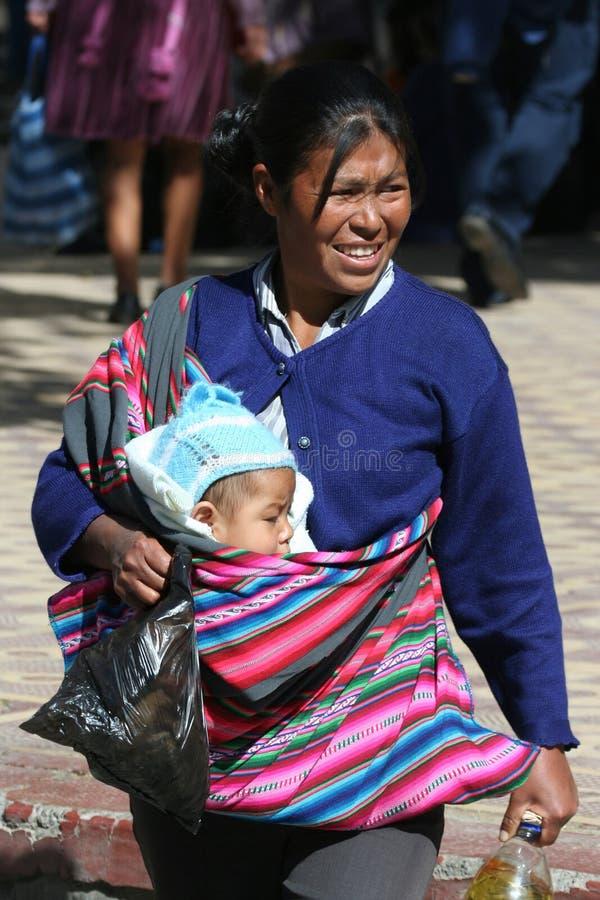 Boliviansk kvinna med barnet royaltyfria bilder