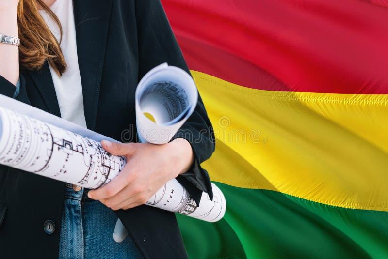 Boliwijski architekt kobiety mienia projekt przeciw Boliwia falowania flagi tłu Budowy i architektury poj?cie zdjęcia royalty free