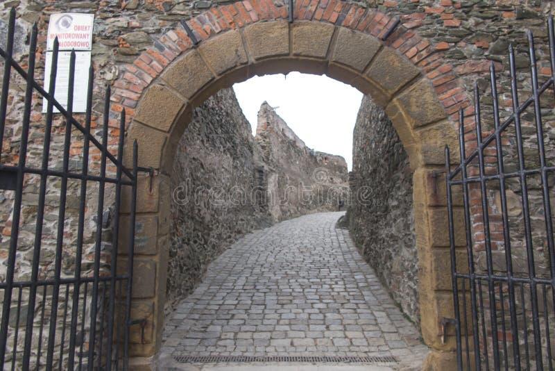 Bolkow, Polonia, il 6 dicembre 2018: Portone dell'entrata al castello di Bolkow in Slesia più bassa fotografie stock