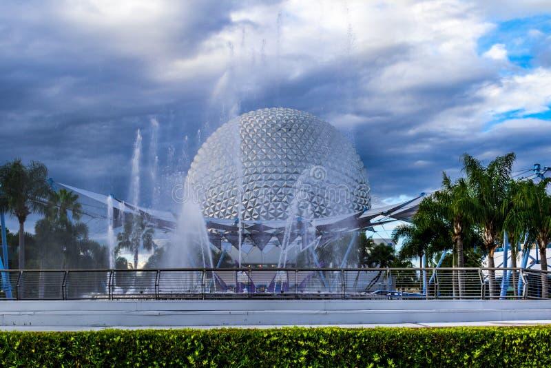 Boll för berg för skepp för Disney Epcot mittutrymme över vattenspringbrunnen arkivbilder