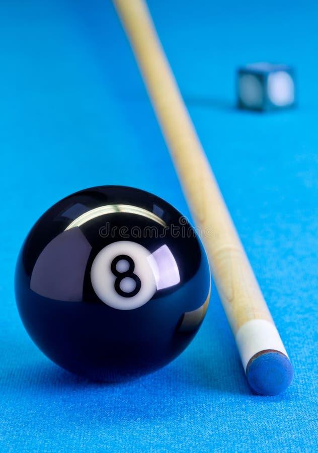 Boll för Billiardpöllek åtta med krita och stickreplik på billiardflik royaltyfri bild