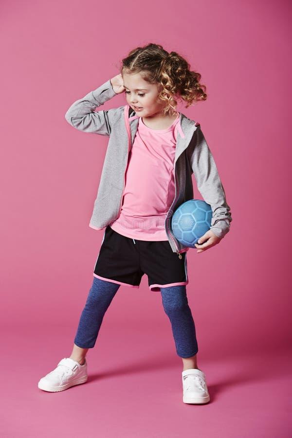 Boll för flickainnehavblått royaltyfri foto